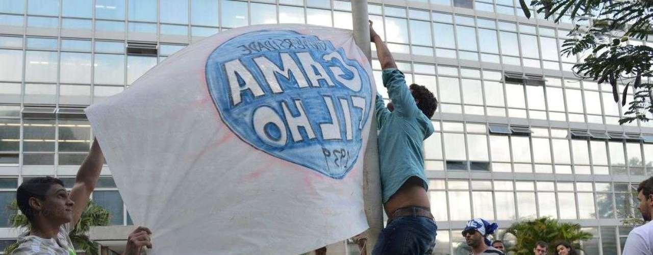 21 de janeiro - Estudantes da Univerisade Gama Filho hasteiam bandeira da instituição em frente ao Ministério da Educação (MEC), em Brasília