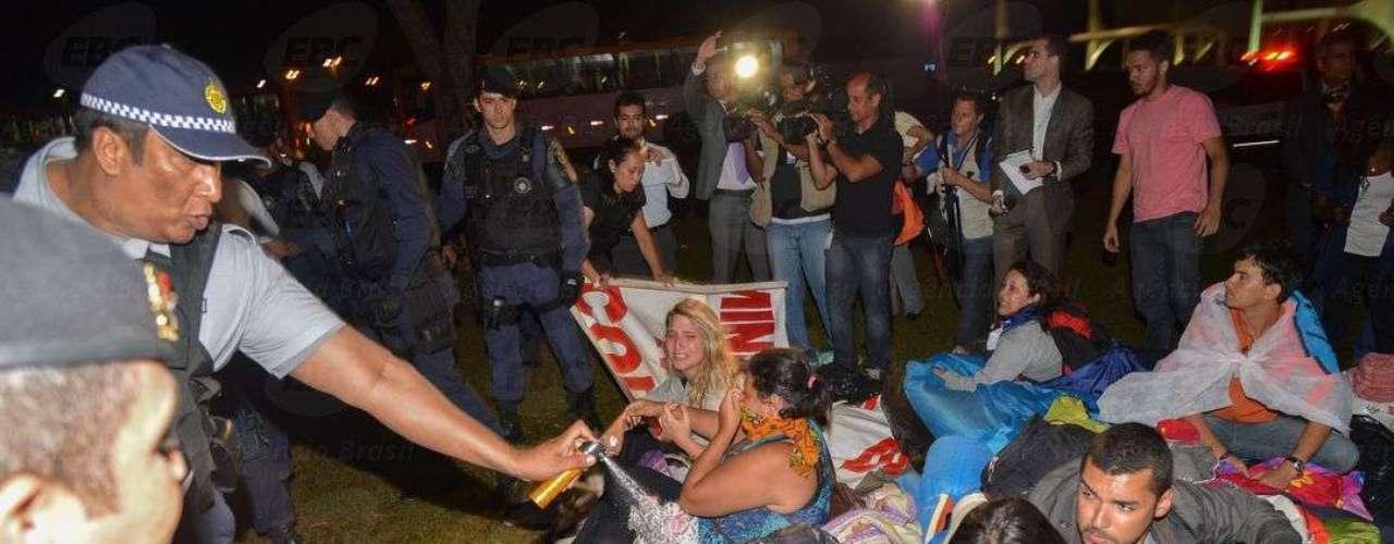 20 de janeiro - Estudantes acampados no gramado atrás do Congresso Nacionalforam alvo de spray de pimenta durante a operação que os retirou do local