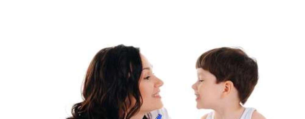 Outra forma de incentivar os pequenos a cuidarem da boca é dando exemplo, escovar os dentes juntos, uma vez que a maioria deles repete o que vê