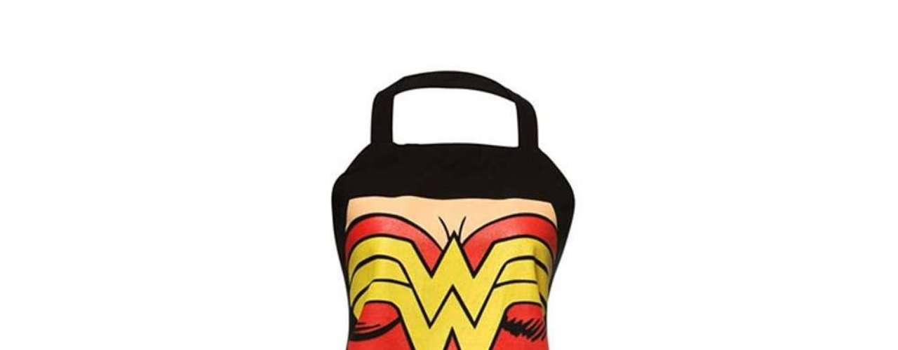 Avental com estampa da Mulher Maravilha. Preço: R$ 45. Informações:(11) 4302-5159