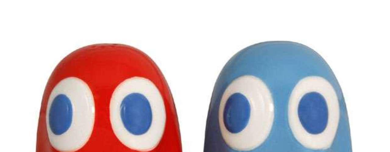 Saleiro e pimenteiro Fantasminha Pac-Man, da Paladone, distribuído pela A&S Importadora. O conjunto é composto por dois fantasmas de cerâmica, um azul e um vermelho, com 6 cm de altura cada. Preço: R$ 79,90. Informações: (11) 5521-0245