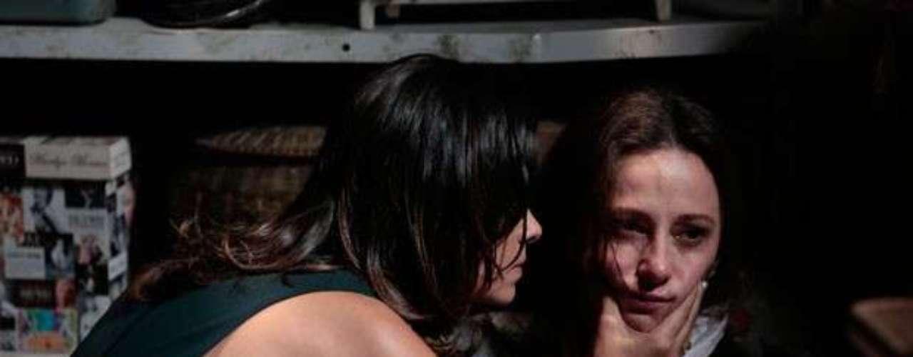 Aline (Vanessa Giácomo) obrigaRebeca (Paula Braun) a mentirpara Pérsio (Mouhamed Harfouch) e dizer que fugiu com um ex-namorado