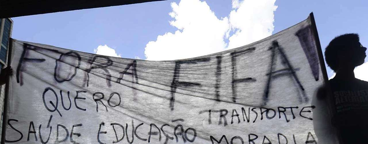 25 de janeiro -Cartazes e faixas com frases contrárias à realização da Copa e das Olimpíadas no Brasil - principalmente devido aos elevados gastos - foram confeccionados antes da marcha