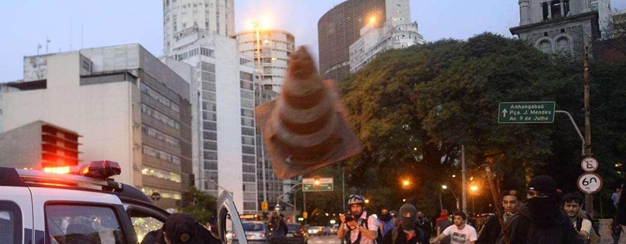 25 de janeiro -A PM se postou em linha na frente do theatro e os manifestantes começaram a jogar pedras e outros objetos contra os policiais