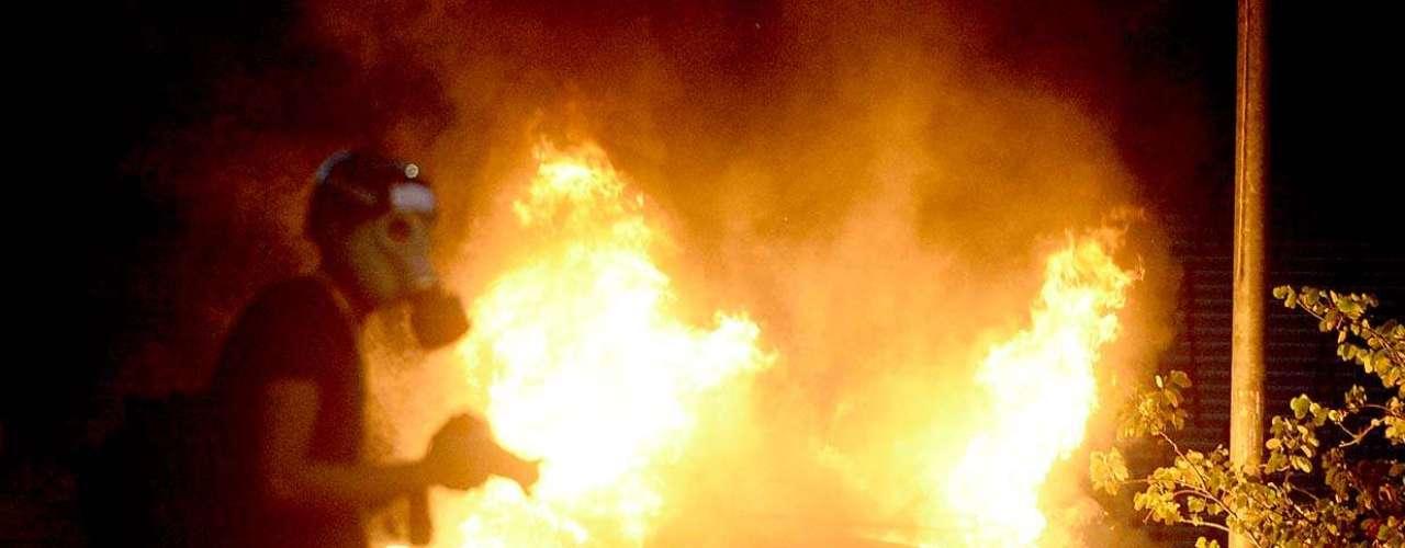 25 de janeiro -Manifestantes incendiaram uma lixeira, e o fogo acabou atingindo um Fusca, que ficou totalmente destruído