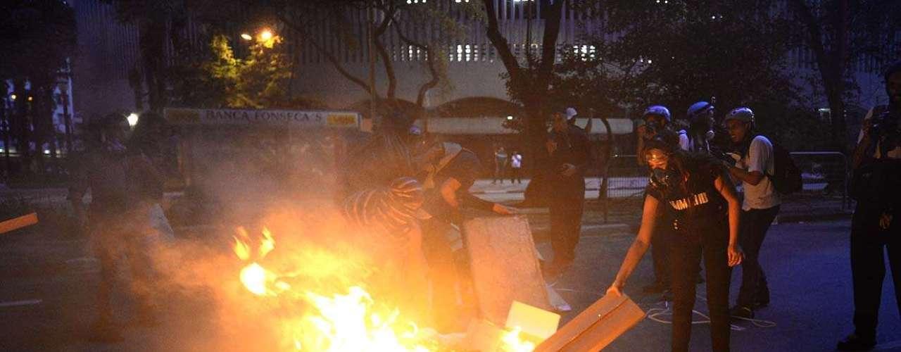 25 de janeiro -Durante protesto, entulho na rua foi incediado
