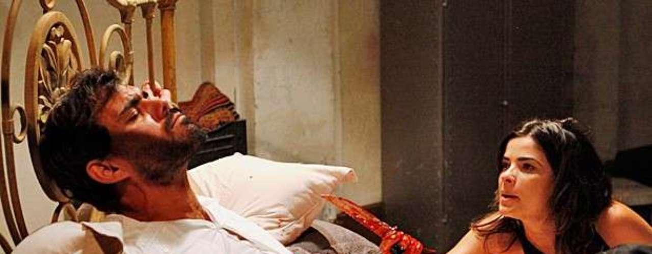 Aline (Vanessa Giácomo) engana o amante e lhe dá golpes na barriga com uma faca