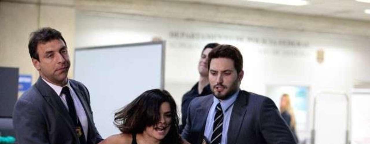Aline (Vanessa Giácomo) conseguiu entrar no avião rumo ao exterior, mas é surpreendida e presa