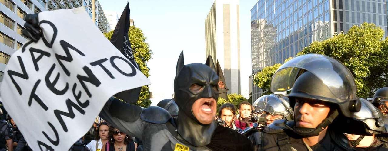 28 de janeiro -Em meio à passeata, um manifestante fantasiado de Batman foi detido pela Polícia Militar por estar mascarado. Após retirar sua máscara, ele foi liberado