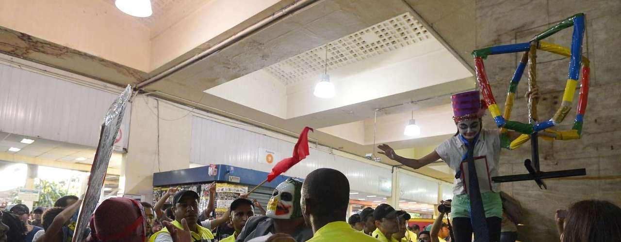 28 de janeiro -O grupo carregava cartazes e faixas contra o governador Sérgio Cabral (PMDB) e a SuperVia, a concessionária de trens metropolitanos do Rio de Janeiro