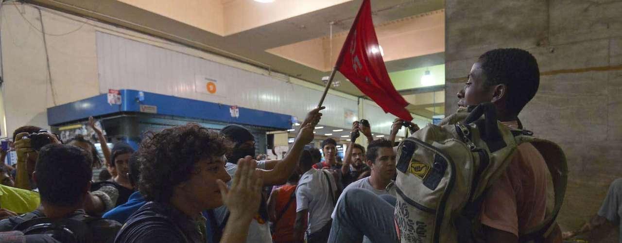 28 de janeiro -Policiais militares e seguranças da SuperVia acompanharam a ação, mas não agiram para conter os manifestantes