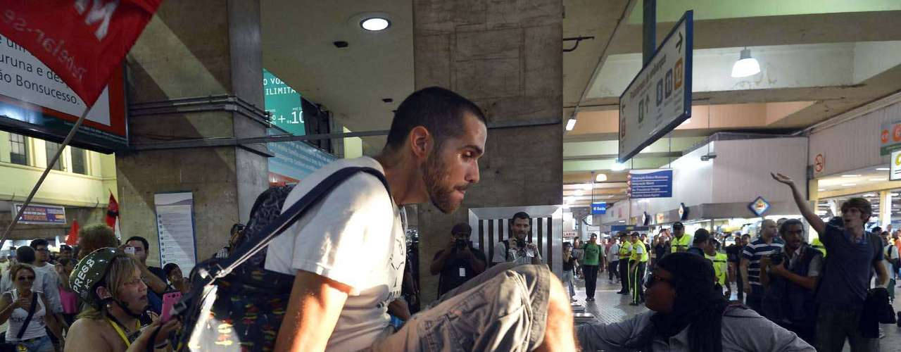 28 de janeiro -Por cerca de 30 minutos, o grupo fez com que inúmeras pessoas entrassem na estação sem pagar a passagem