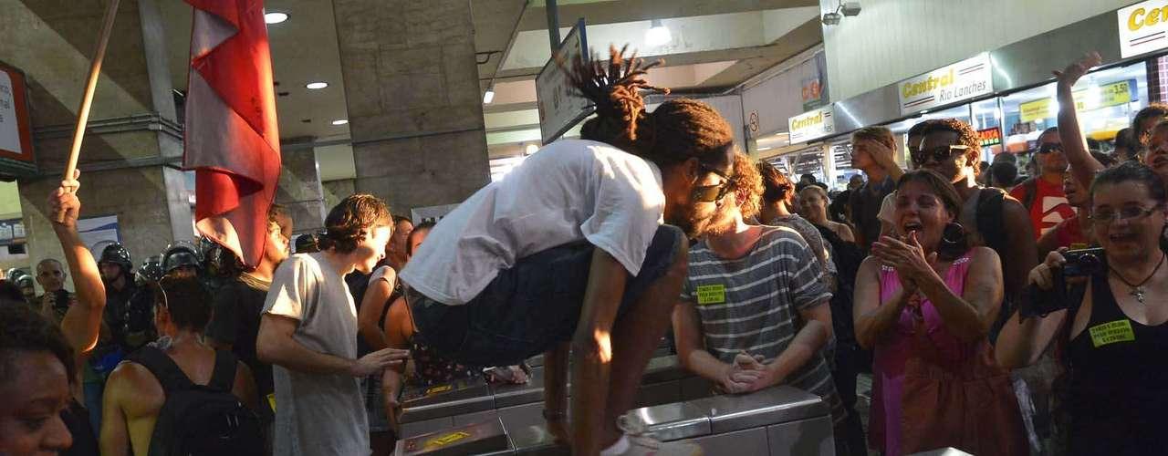 28 de janeiro -O grupo incentivou usuários do sistema de trens a pular a roleta e seguir viagem sem pagar