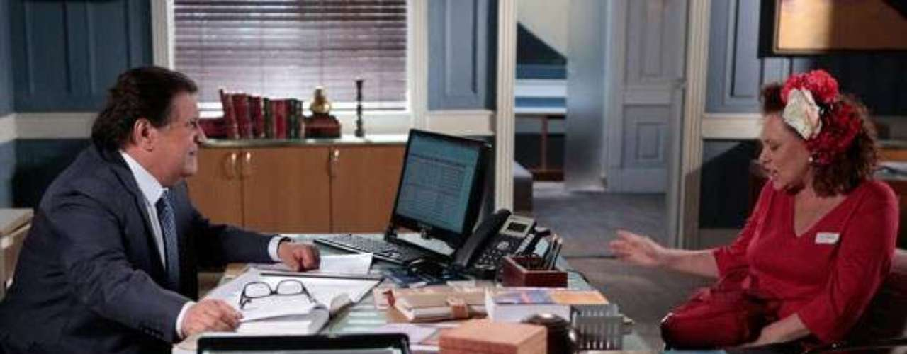 Márcia (Elizabeth Savalla) pede aAtílio (Luis Melo) para ele desistir do dinheiro e voltar a vender hot dog ao seu lado