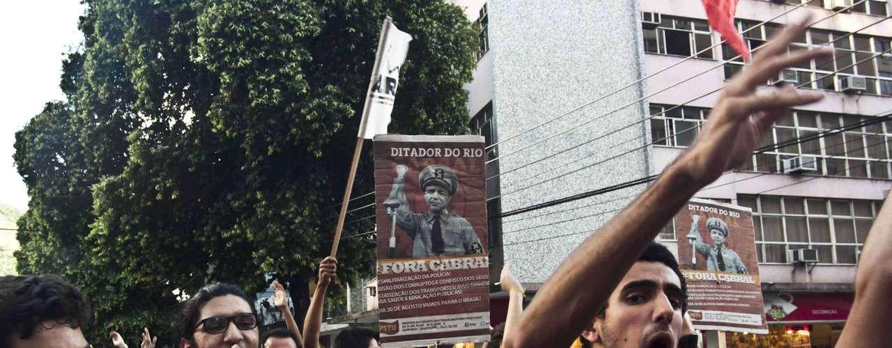 30 de janeiro -Manifestantes realizam protesto contra remoções e aumento das passagens do transporte público, no centro do Rio de Janeiro, nesta quinta-feira