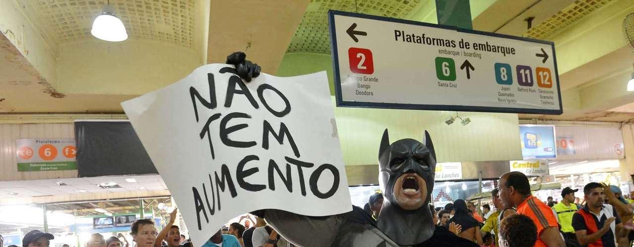 30 de janeiro - Em protesto contra o aumento das passagens de ônibus no Rio - a tarifa passou de R$ 2,75 para R$ 3 -, centenas de pessoas pularam as catracas da estação Central do Brasil, no centro da capital fluminense, no início da noite