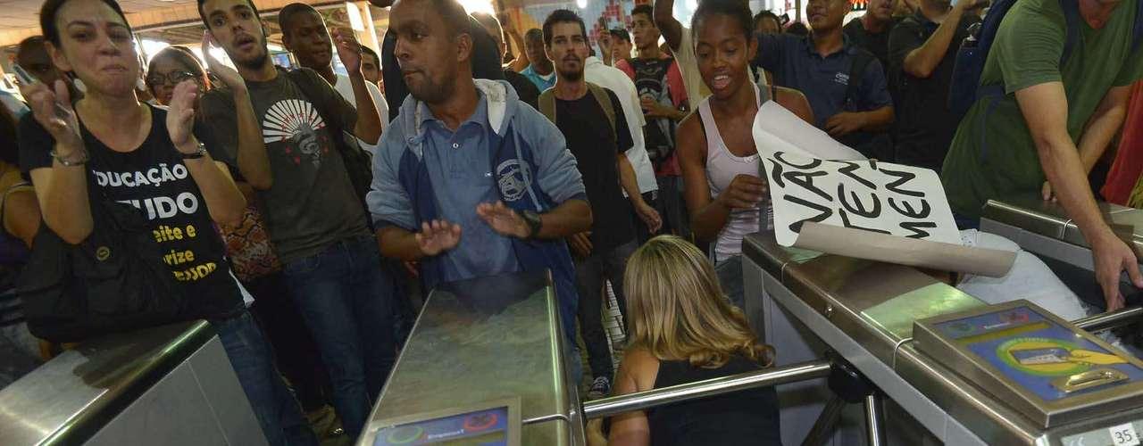 30 de janeiro -Em protesto contra o aumento das passagens de ônibus no Rio - a tarifa passou de R$ 2,75 para R$ 3 -, centenas de pessoas pularam as catracas da estação Central do Brasil, no centro da capital fluminense, no início da noite