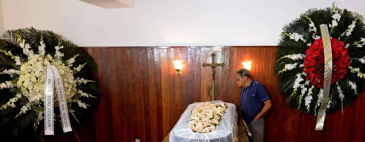Corpo do cineasta Eduardo Coutinho, assassinado no domingo, é velado no Cemitério São João Baptista, em Botafogo, no Rio de Janeiro, nesta segunda-feira