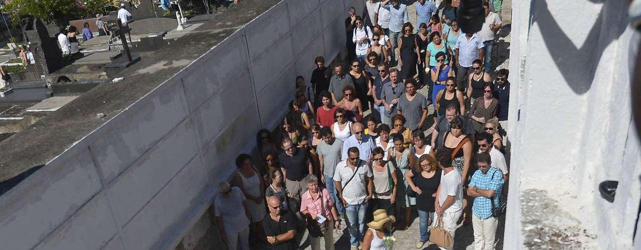 O cortejo final foi acompanhado por cerca de 150 pessoas, entre elas vários artistas que trabalharam ou admiravam a obra do documentarista
