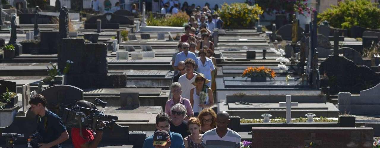 O corpo do cineasta Eduardo Coutinho, morto a facadas em seu apartamento no domingo, foi enterrado na tarde desta segunda-feira no cemitério São João Batista, em Botafogo, no Rio de Janeiro