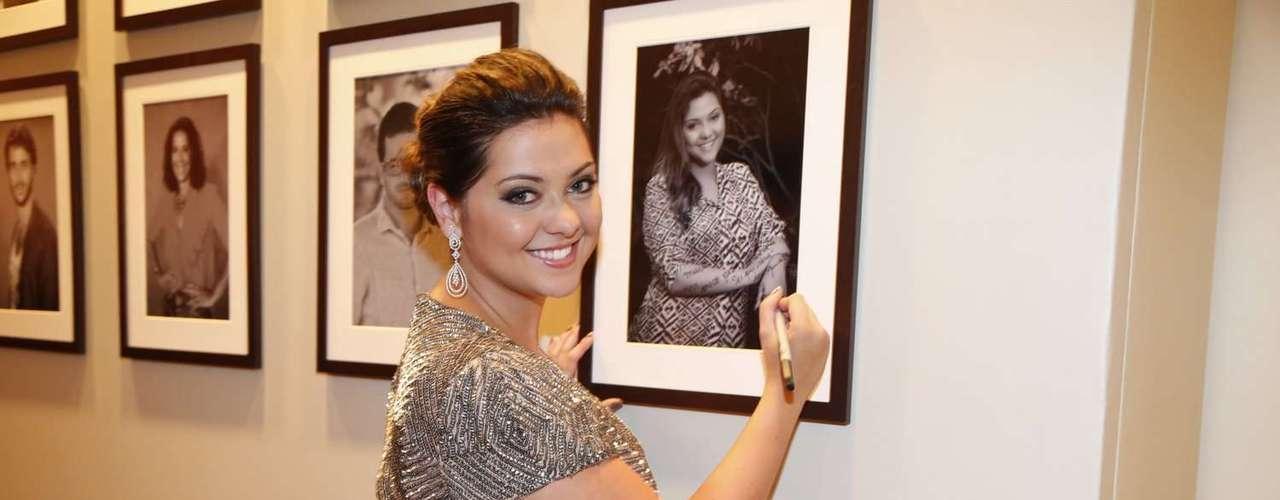 A atriz Polliana Aleixo autografou o quadro com dua foto