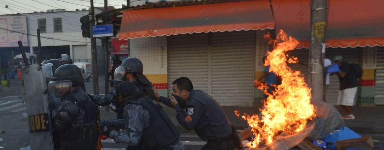 6 de fevereiro - Do lado de fora, manifestantes atearam fogo em pilhas de lixo no meio da rua