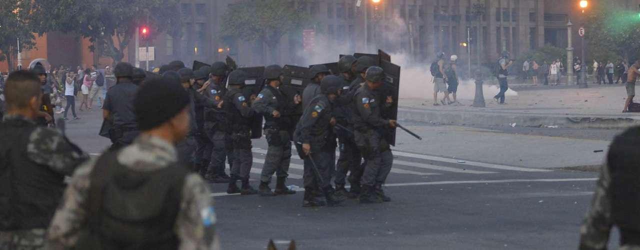 6 de fevereiro - Diversas fogueiras foram acesas nas ruas em torno da Central do Brasil