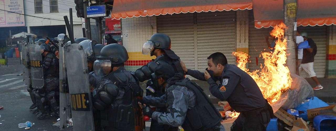 6 de fevereiro - Passageiros que não participavam do protesto correram assustados sem saber o que fazer para fugir das pedras arremessadas pelos manifestantes e das bombas de gás jogadas pela polícia