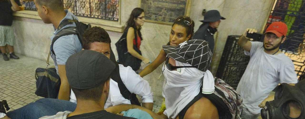 6 de fevereiro - Policiais jogaram bombas de gás lacrimogêneo para dispersar os manifestantes que ocupavam a estação de trem e muitos passageiros passaram mal dentro da Central do Brasil, onde era forte o cheiro de gás