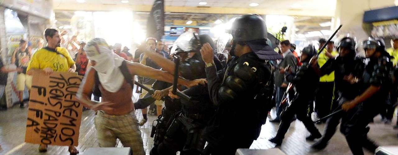 6 de fevereiro - Os manifestantes tentaram chegar na plataforma de embarque, quando foram impedidos pela polícia