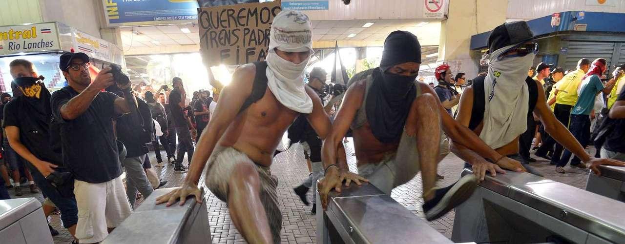 6 de fevereiro -  O grupo de 500 pessoas marchou em direção à Central do Brasil e pulou a catraca aos gritos de \