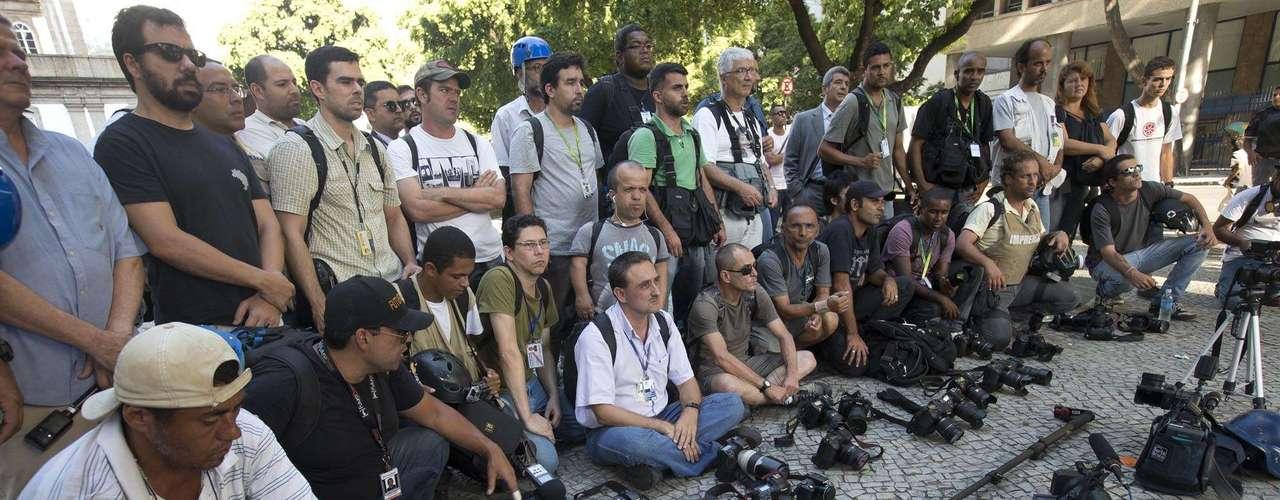 10 de fevereiro - Cerca de 50 fotógrafos, jornalistas e cinegrafistas colocaram as câmeras no chão em frente à igreja da Candelária e fizeram um minuto de silêncio pela morte do cinegrafista Santiago Andrade, da Band, que morreu após ser atingido por um rojão na cobertura de um protesto no Rio
