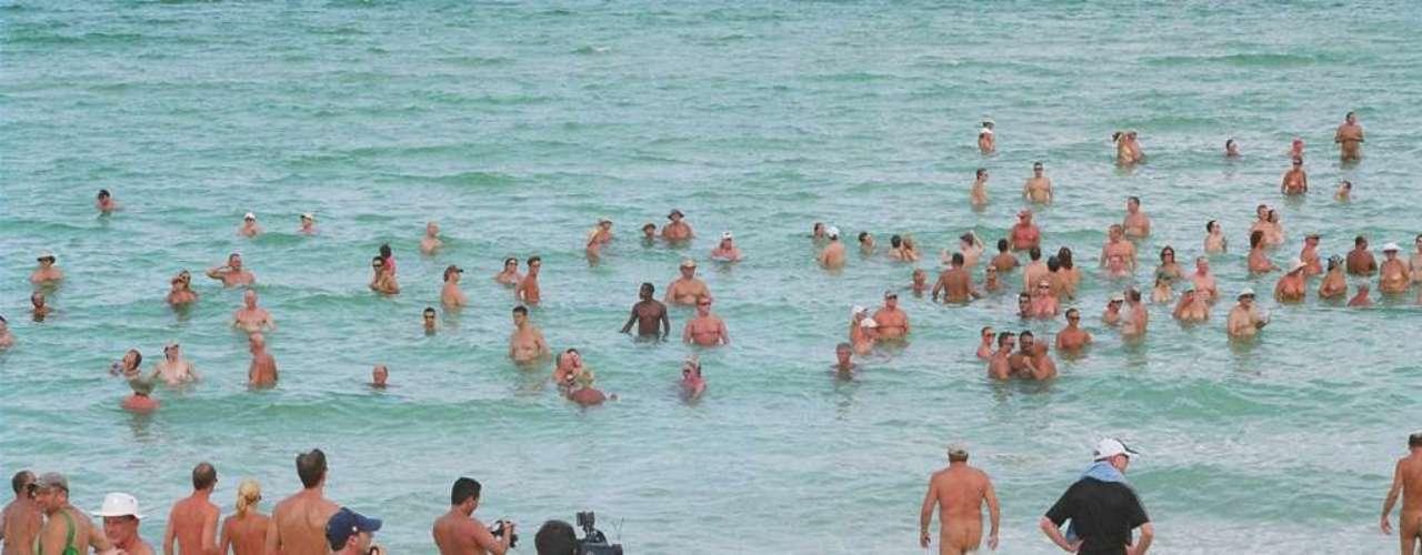 De areias brancas e águas cristalinas, o local é ideal para natação e surf