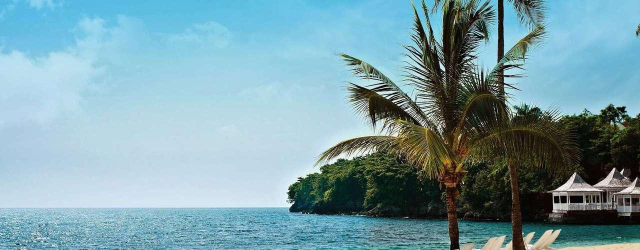 Montego Bay (Jamaica) O local é visto como a capital turística do país, já que reúne algumas das praias mais bonitas, além de estrutura como restaurantes, clubes noturnos e acesso à esportes. Em algumas áreas reservadas daspraias é possível praticar o naturismo, caso do hotel Couples Sans Souci, que tem um espaçodestinadoa este público. Com pacotesall inclusive, as estadias por pessoa custam, em média, US$ 3.096 (aproximadamente R$ 7.368). Mais informações: www.nascimento.com.br / 0800 774 1110