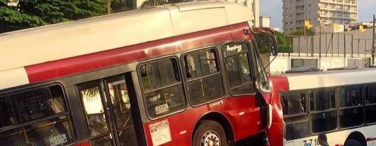 Carro foi esmagado por dois ônibus em corredor na avenida vereador José Diniz