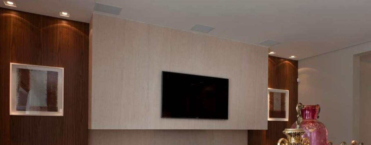 Na parte de baixo, por sinal, os grandes móveis em que estão os equipamentos foram desenhados pelo escritório de Marília Veiga, assim como toda a marcenaria da casa