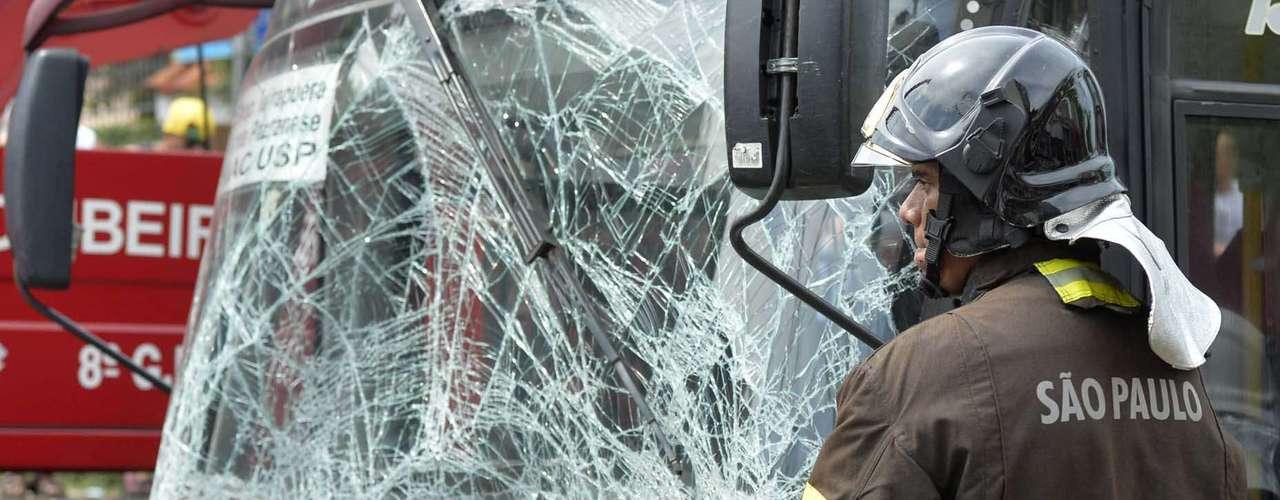Após ônibus ser removido, ocupantes de táxi executivo puderam ser retiradas