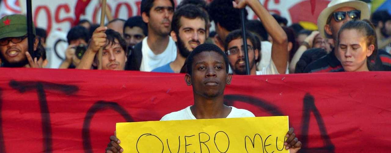 13 de fevereiro -Um dos manifestantes segura um cartaz com a frase \