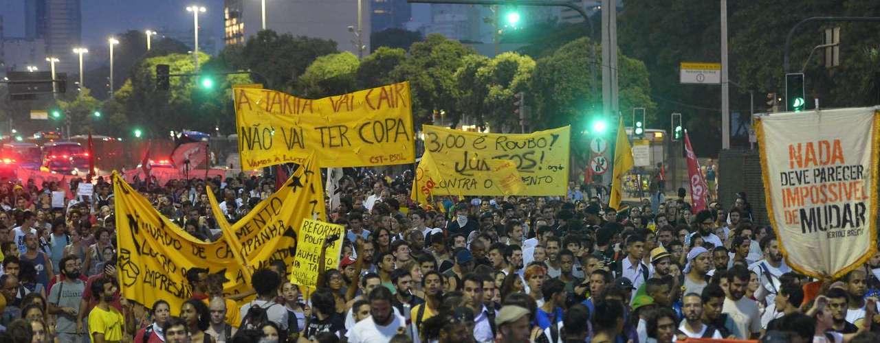 13 de fevereiro -A concentração da passeata ocorreu na Praça Pio X, atrás da Igreja da Candelária