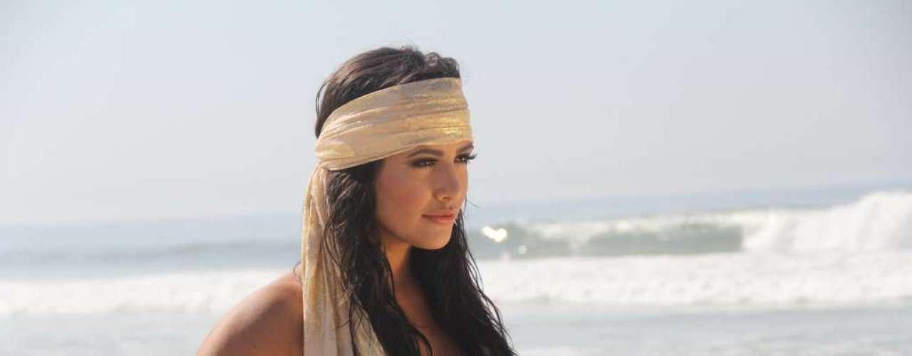 Mari Silvestre, uma das Coleguinhas do Caldeirão do Huck, fez um ensaio sensual na praia da Barra da Tijuca
