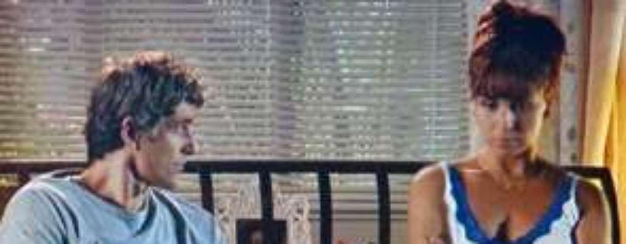 Cadu (Reynaldo Gianecchini) estranha o interesse da fotógrafaMarina (Tainá Müller) porClara (Giovanna Antonelli)