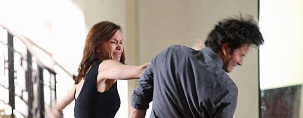 Helena e Laerte se reencontram e em meio a pedidos de perdão e ofensas, eles trocam tapas