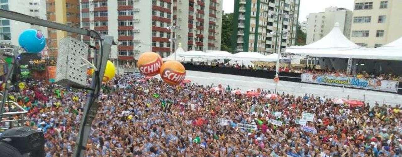 Foliões acompanham show do grupo Chiclete com Banana