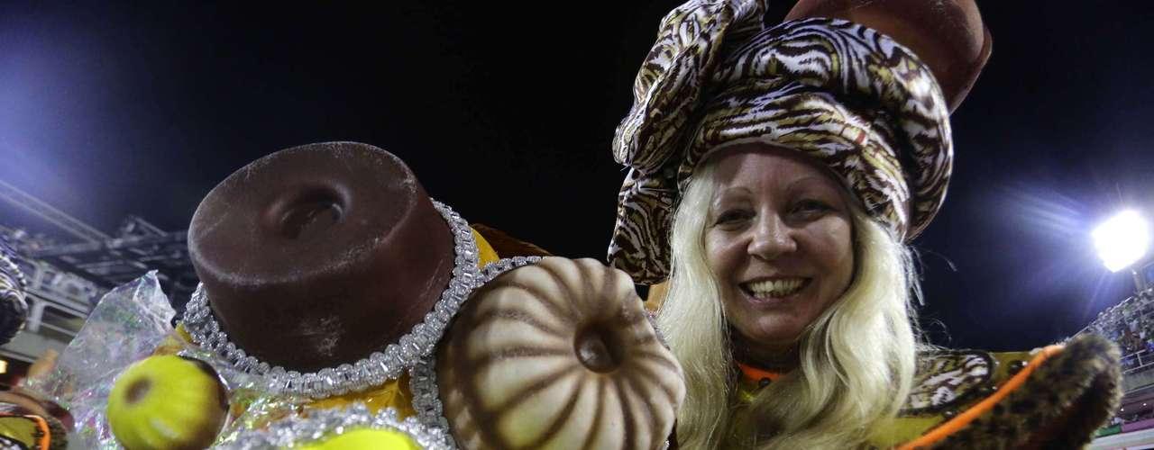 O desfile mostrou a cultura e o cotidiano dos negros que chegaram ao Brasil como escravos