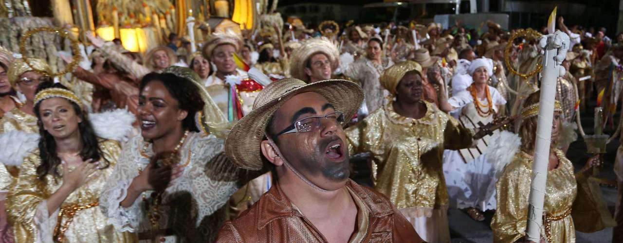 A escola de samba Mocidade Alegre trouxe para a avenida elementos que remetem à fé para representar as crenças das pessoas