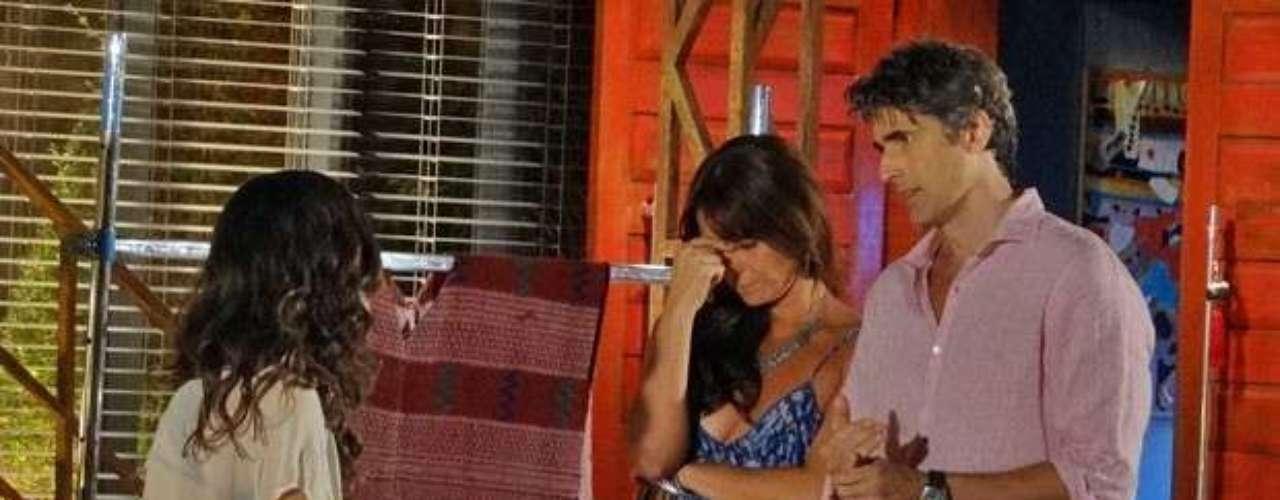 Cadu vai buscar Clara no estúdio e aproveita para pedir dinheiro emprestado para Marina, deixando a mulher envergonhada