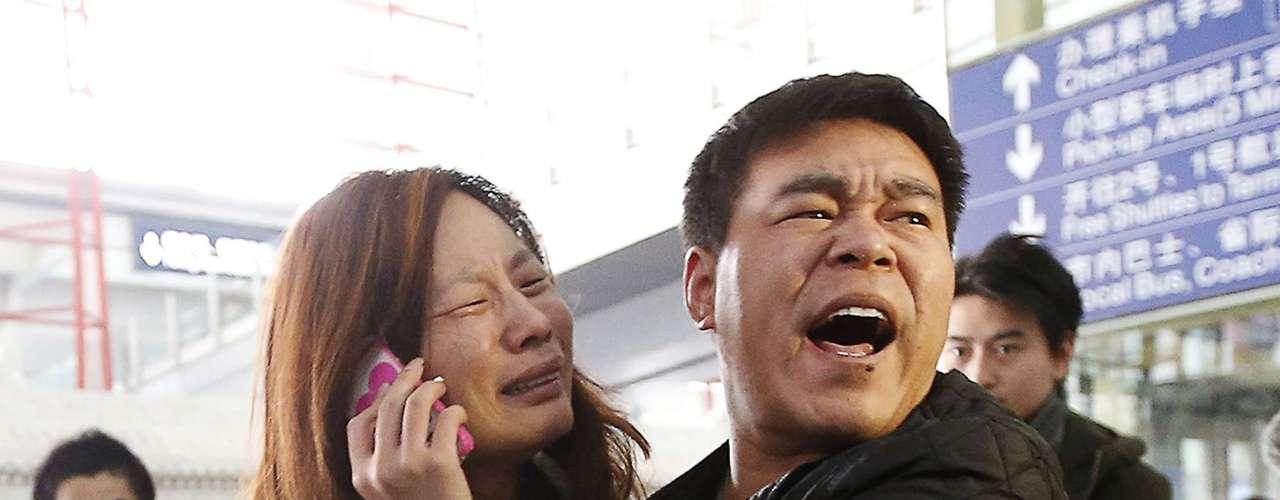 Parentes reclamam da falta de informações de companhia aérea Malaysia Airlines
