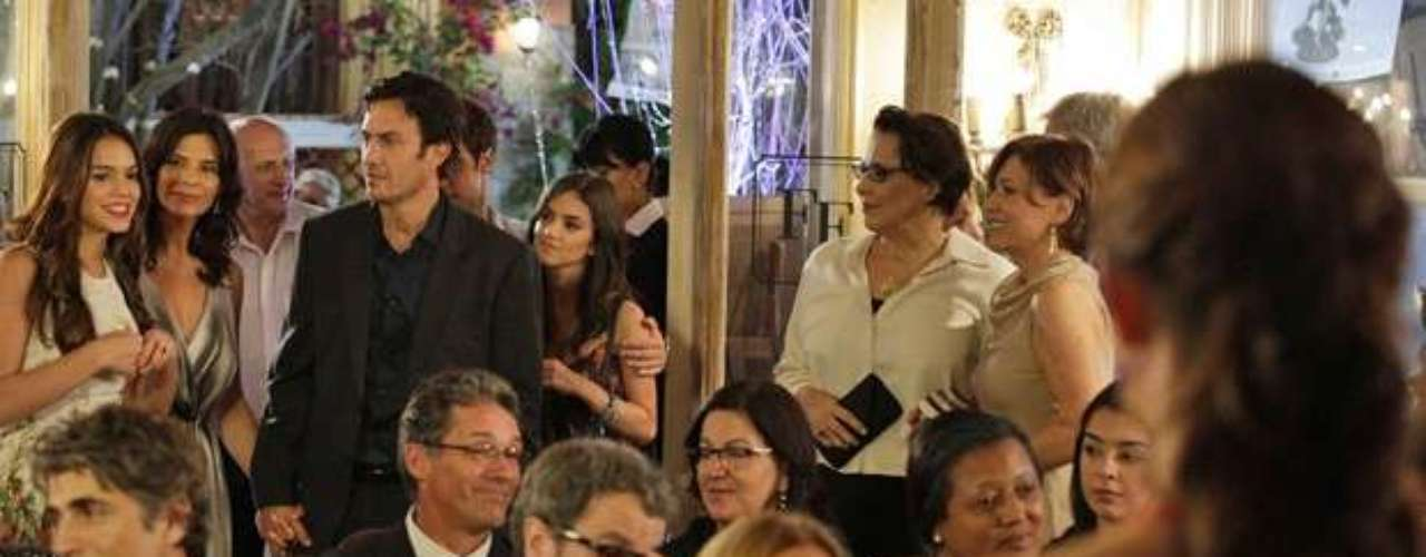 Helena (Júlia Lemmertz) dá de cara com Laerte (Gabriel Braga Nunes) na festa do leilão de sua família