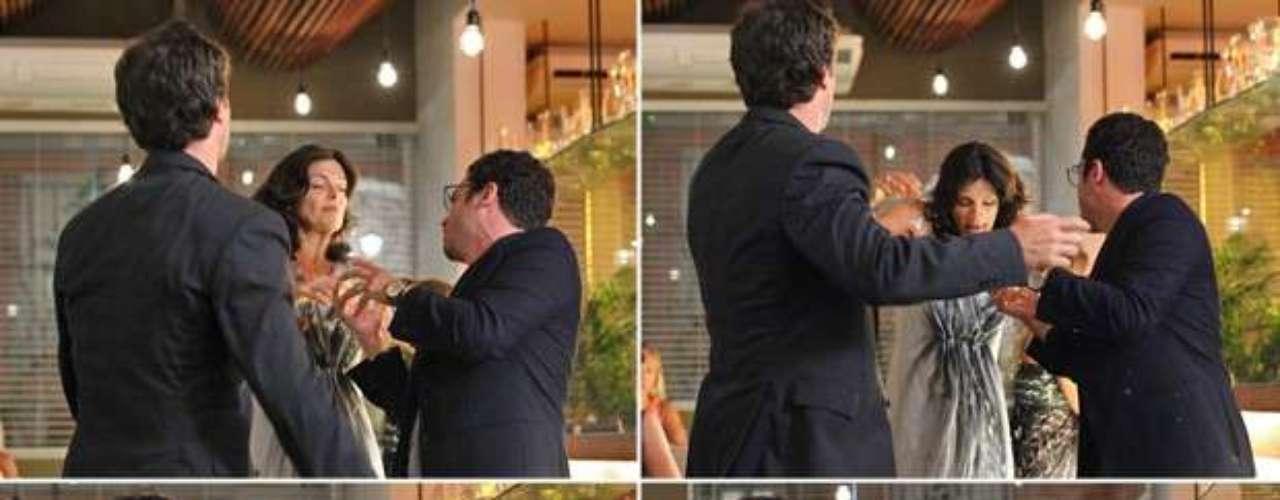 Felipe (Thiago Mendonça) bebe demais e é salvo por Laerte de dar um vexame em um restaurante
