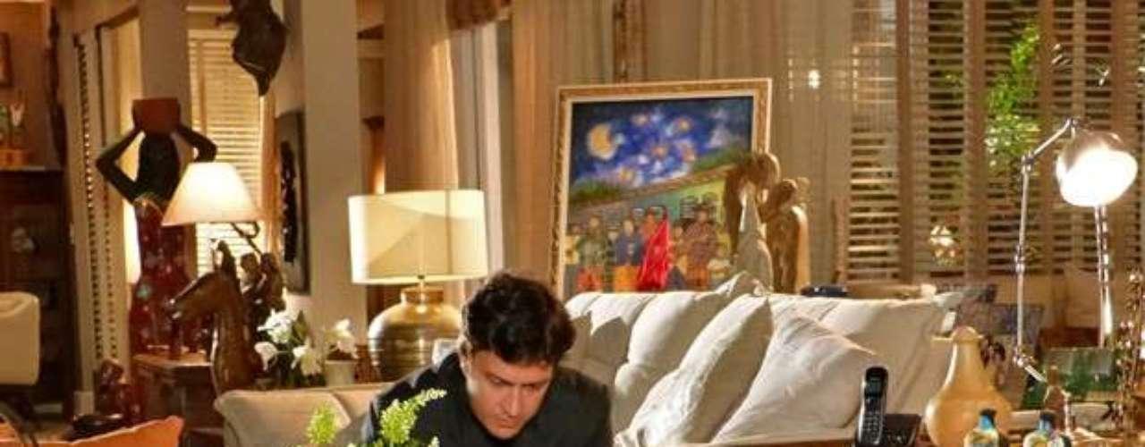 Laerte vai conhecer o apartamento de Helena e Virgílio ao acompanhar Felipe em casa